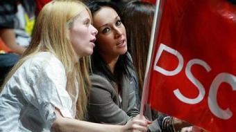 Dos noies seguint un acte central de la campanya del PSC a les comarques gironines. MANEL LLADÓ