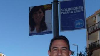 Diego Sánchez fotografiat a Pineda de Mar davant una pancarta del PP. T.M