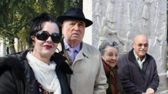 Un grup de balladors de sardanes diumenge passat davant la font on es reuneixen periòdicament al Retiro REDACCIÓ