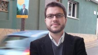 Pere Aragonès fotografiat davant de la seu d'ERC a Pineda de Mar. T.M