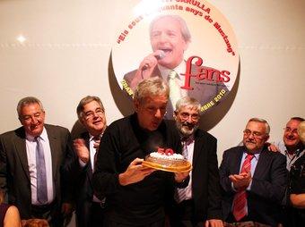 Santi Carulla, soci d'honor dels Fent Amics Nostàlgics dels Seixanta rebent un pastís d'homenatge pels cinquanta anys dels Mustang a dalt dels escenaris. FANS