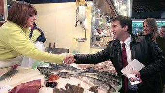 Joan Laporta, amb Anna Arqué darrera, saluda una peixatera ahir al matí al mercat de Santa Caterina JOSEP LOSADA