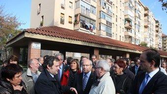 Al centre, Hereu, amb Montilla al mig, donant explicacions a un veí, ahir al barri del Bon Pastor ORIOL DURAN
