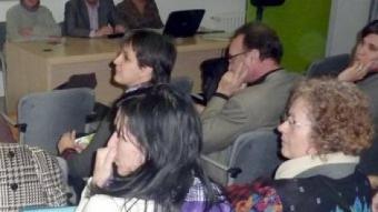 Samuel Sebastian , dempeus, i a la taula Amparo Ardanuy, Joan Boada i Mercè Claramunt a l'inici de l'acte d'ahir al vespre al Centre Cultural La Mercè de Girona. R. E