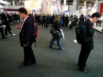 Assistents al saló internacional de tecnologia mòbil Mobile World Congress, que se celebra a Fira de Barcelona.  ARXIU/QUIM PUIG