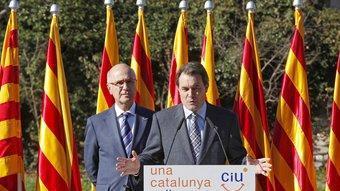 El presidenciable Artur Mas acompanyat de Josep Antoni Duran i Lleida ahir a Sant Benet del Bages, amb les nou senyeres al fons SUSI SÁEZ /EFE