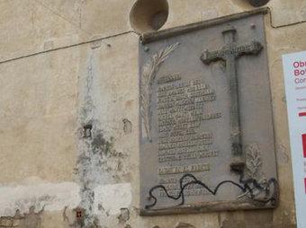 """Placa """"als caiguts"""" del bàndol franquista que ha estat retirada de la façana de l'església Sant Blai de Bot MEMORIAL DEMOCRÀTIC"""