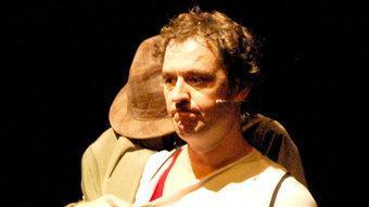 Marcel Tomàs, en un moment de 'Zirocco', en què una gavardina cobra vida PABLO PAZ