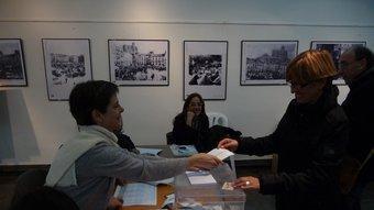 Una ciutadana exercint el seu dret al vot en un col·legi electoral de Balaguer. D.M