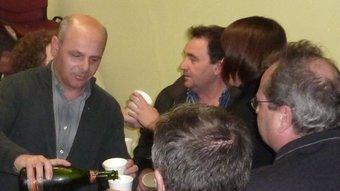 Celebrant amb cava que ICV-EUiA ha conservat el diputat a la circumscripció, ahir a la nit a la seu de la coalició a Girona. Al centre de la imatge, Joan Boada. R. E