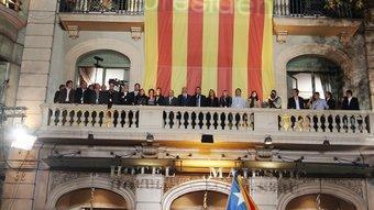 Centenars de militants i simpatitzants es van concentrar ahir a la nit davant de l'hotel Majestic del passeig de Gràcia ANDREU PUIG