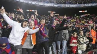 Alguns aficionats del Barça celebrant un gol. /  ROBERT RAMOS