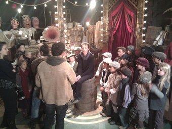 Gavaldà envoltat dels nens de la Bressola durant el rodatge amb Lluís Danés d'esquena. E.F