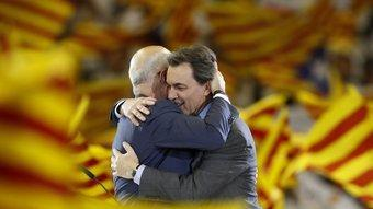 L'abraçada del Sant Jordi que va simbolitzar la reconciliació d'Artur Mas i Josep Antoni Duran i Lleida AFP