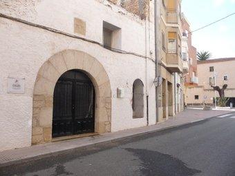 Façana de l'antic Hospital d'Ulldecona. L'edifici està situat al carrer Major i data probablement del segle XIV. R.ROYO