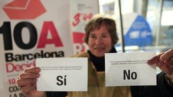 Una voluntària mostra les paperetes de la consulta a la Barceloneta. ROBERT RAMOS