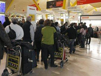 Imatge de les cues que s'han generat avui a l'aeroport de Madrid - Barajas FERNANDO ALVARADO / EFE