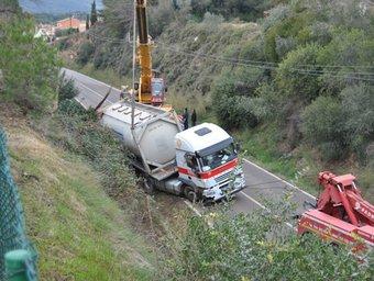 El camió va quedar tombat a la cuneta i el van haver de retirar amb una grua de grans dimensions. ACN