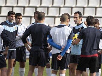 Oliva, alliçonant els jugadors en el primer entrenament.  J.C. LEÓN
