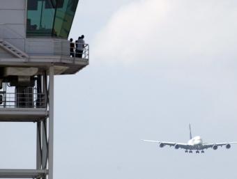 Una de les torres de control a l'aeroport del Prat, en el moment d'aterrar un avió A-380 JUANMA RAMOS / EFE
