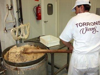 A Agramunt, la torronaire té una planta de 5.000 metres quadrats on produeix 50 varietats de torrons i xocolates. ACN