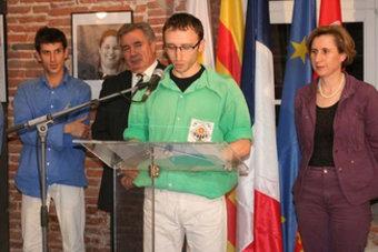 Els representants de les colles castelleres nord-catalanes envoltats de Marcel Mateu, president de la comissió Patrimoni i Catalanitat, i Hermeline Malherbe, presidenta del Consell General. AIRENOU