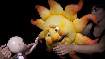 La nina del cap pelat, amb el sol, un altre dels personatges de l'obra. ENGRUNA TEATRE