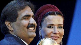 L'emir de Qatar i la seva dona a Zurich en la proclamació del país com a seu del mundial de futbol del 2022 P.B. / EFE