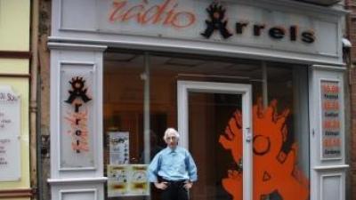 El director de Ràdio Arrels, Pere Manzanares, a davant dels estudis, al centre de Perpinyà EL PUNT