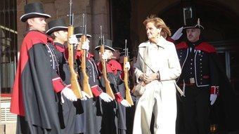 Núria de Gispert, rebent ahir la salutació dels Mossos d'Esquadra de gala, després de ser escollida nova presidenta del Parlament ROBERT RAMOS