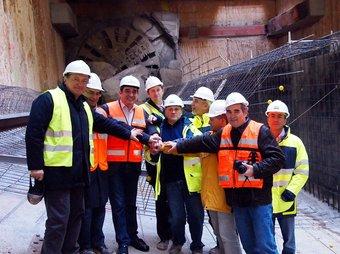 L'alcalde de Sabadell, Manuel Bustos, amb la tuneladora a l'estació de Torreguitart EL PUNT