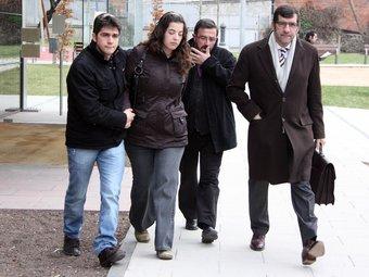 Els familiars dels constructors assassinats, acompanyats del seu lletrat. ACN
