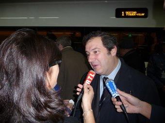 Jordi Hereu atenent ahir en francès una periodista gala que havia viatjat fins Barcelona per cobrir la notícia. Hi han haver uns 50 periodistes. A.M