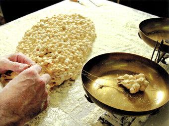 Elaboració de forma tradicional del torró d'Agramunt.  ARXIU