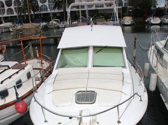L'embarcació al port d'Empuriabrava i les imatges de Ruiz (esquerra) i Nunes (dreta) ACN