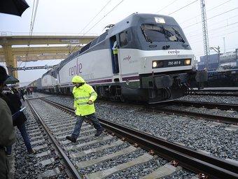 El primer tren de mercaderies sortint en ample europeu, ahir a Barcelona. JOSEP LOSADA