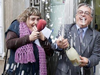 El propietari de l'administració 97 de Barcelona, a la plaça Urquinaona de Barcelona, celebra que ha repartit 3 milions d'euros de la grossa de Nadal EFE - TONI GARRIGA
