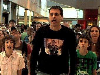 La flashmob de l'Homo APM?, en un centre comercial de Barcelona.  TV3