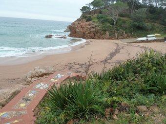 La caleta de Canyet, queda dividida entre els termes de Santa Cristina i Sant Feliu. La platja queda a l'esquerra. I.R