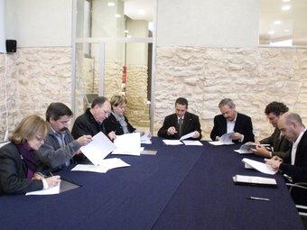 La signatura del conveni entre l'Icode i els onze municipis del Baix Gaià es va fer dimecres al castell del Catllar. EL PUNT
