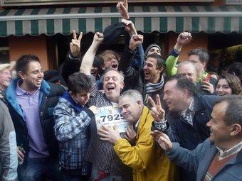 El propietari del bar Maldonado de Pallejà, on va caure bona part de la grossa, celebra amb diversos afortunats el primer premi JUANMA RAMOS