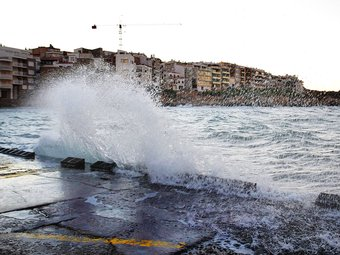 Fortes onades a l'Escala, com en moltes altres poblacions gironines, ahir. LLUÍS SERRAT