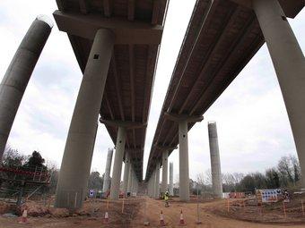 Les obres d'ampliació del viaducte sobre el Terri i al costat de Medinyà és un dels treballs més complexos de l'ampliació de l'autopista. És l'estructura de més envergadura i s'hi han hagut de construir més pilars. LLUÍS SERRAT