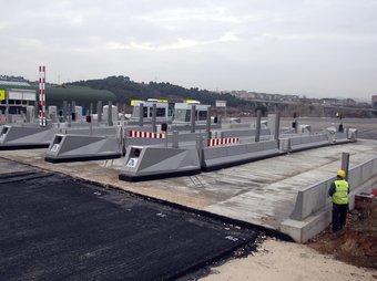 El pas i algunes cabines en construcció a l'accés de l'AP7 a Sant Sadurní d'Anoia ORIOL DURAN