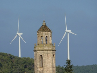 El parc eòlic de Tarrés, a les Garrigues, és a tocar del poble. E. POMARES