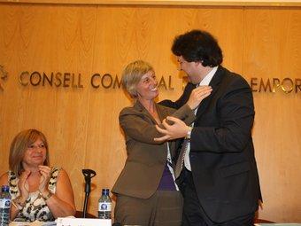 Pere Vila (CiU) va donar el relleu de la presidència del consell comarcal a Consol Cantenys (PSC), segons del pacte que van fer el 2007. LL.S