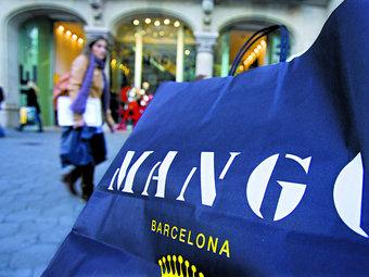 Una bossa de la cadena de moda Mango on es pot veure Barcelona