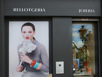 Aparador d'una botiga de Girona retolat en català.  LLUÍS SERRAT