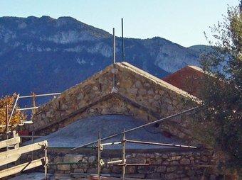 Sant Martí de Talaiìxà durant la primera fase de les obres de la seva reconstrucció. R. E.