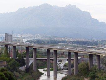 Imatge del riu Llobregat al seu pas per Martorell. En un segon pla es veu el pont del diable i, al fons, la muntanya de Montserrat ANDREU PUIG